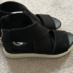 Sandals the wishbone collection size 4.5